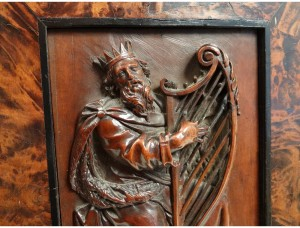 panneau-sculpte-bas-relief-roi-david-harpe-israel-loupe-orne-noyer-xviieme